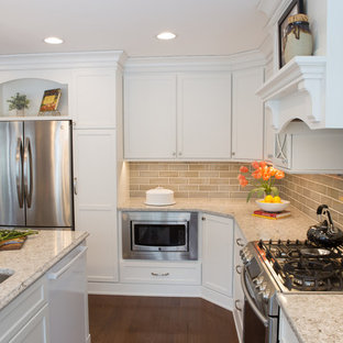 Example of a large classic u-shaped light wood floor and brown floor eat-in kitchen design in Chicago with an undermount sink, recessed-panel cabinets, white cabinets, quartz countertops, beige backsplash, ceramic backsplash, stainless steel appliances and an island