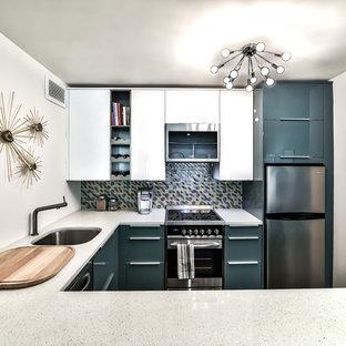 Exempel på ett litet retro vit vitt kök, med en enkel diskho, släta luckor, turkosa skåp, bänkskiva i kvarts, flerfärgad stänkskydd, stänkskydd i glaskakel, rostfria vitvaror, mörkt trägolv, en halv köksö och brunt golv