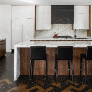 Idéer för ett modernt flerfärgad kök, med en undermonterad diskho, släta luckor, vita skåp, flerfärgad stänkskydd, stänkskydd i sten, rostfria vitvaror, flera köksöar och flerfärgat golv
