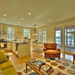 バーリントンの小さいトラディショナルスタイルのおしゃれなキッチン (ドロップインシンク、シェーカースタイル扉のキャビネット、白いキャビネット、白いキッチンパネル、サブウェイタイルのキッチンパネル、シルバーの調理設備の、無垢フローリング) の写真