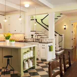 Maritime Küche mit Küchenrückwand in Beige, weißen Schränken, Schrankfronten mit vertiefter Füllung, Landhausspüle und Linoleum in Washington, D.C.