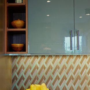 シアトルの中サイズのコンテンポラリースタイルのおしゃれなキッチン (フラットパネル扉のキャビネット、ターコイズのキャビネット、クオーツストーンカウンター、マルチカラーのキッチンパネル、石タイルのキッチンパネル、磁器タイルの床、グレーの床、ベージュのキッチンカウンター) の写真