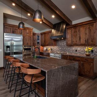 Пример оригинального дизайна: кухня в стиле рустика с балками на потолке