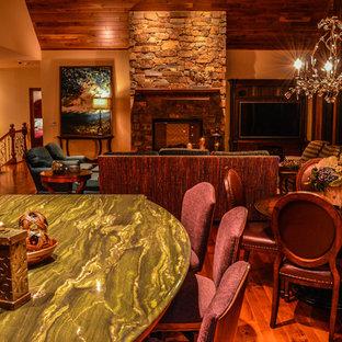 Offene Klassische Küche mit Unterbauwaschbecken, Schrankfronten mit vertiefter Füllung, hellbraunen Holzschränken, Marmor-Arbeitsplatte, Küchenrückwand in Grün, Rückwand aus Marmor, Elektrogeräten mit Frontblende, braunem Holzboden, Kücheninsel, braunem Boden und grüner Arbeitsplatte in Minneapolis