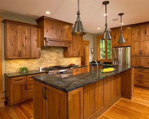 diseo de cocina rural con armarios estilo shaker puertas de armario de madera oscura