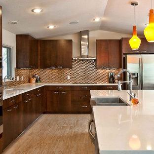 Imagen de cocina retro con electrodomésticos de acero inoxidable