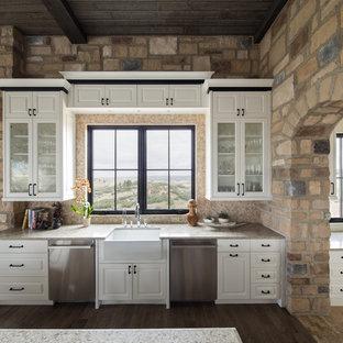 Esempio di una grande cucina rustica con lavello stile country, ante a persiana, ante bianche, paraspruzzi beige, elettrodomestici in acciaio inossidabile, parquet scuro, un'isola, pavimento marrone e top beige