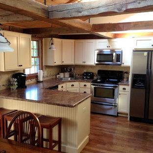 Inspiration för ett litet rustikt beige beige kök, med en nedsänkt diskho, skåp i shakerstil, vita skåp, granitbänkskiva, beige stänkskydd, stänkskydd i keramik, rostfria vitvaror, mellanmörkt trägolv, en halv köksö och brunt golv