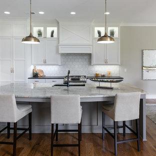 Свежая идея для дизайна: кухня в стиле кантри с обеденным столом, врезной раковиной, фасадами в стиле шейкер, белыми фасадами, белым фартуком, техникой из нержавеющей стали, темным паркетным полом, островом, коричневым полом и черной столешницей - отличное фото интерьера