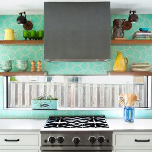 ワシントンD.C.の中くらいのトランジショナルスタイルのおしゃれなキッチン (エプロンフロントシンク、シェーカースタイル扉のキャビネット、白いキャビネット、珪岩カウンター、緑のキッチンパネル、セラミックタイルのキッチンパネル、シルバーの調理設備、スレートの床、黒い床、グレーのキッチンカウンター、表し梁) の写真