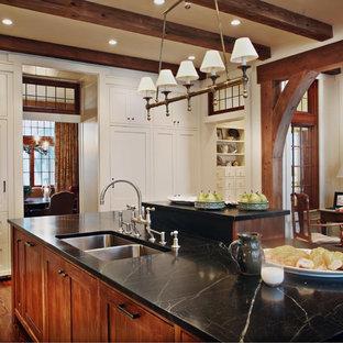 アトランタのラスティックスタイルのおしゃれなキッチン (シェーカースタイル扉のキャビネット、ダブルシンク、ソープストーンカウンター) の写真