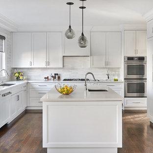 Foto på ett maritimt gul kök, med en undermonterad diskho, skåp i shakerstil, vita skåp, bänkskiva i kvarts, grått stänkskydd, stänkskydd i marmor, rostfria vitvaror, mörkt trägolv, en köksö och brunt golv
