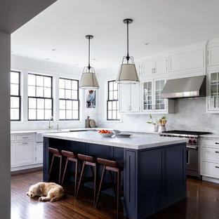 Diseño de cocina en U, clásica renovada, cerrada, con fregadero sobremueble, armarios estilo shaker, puertas de armario azules, salpicadero verde, salpicadero de mármol, electrodomésticos de acero inoxidable, suelo de madera oscura, una isla, suelo marrón y encimeras grises