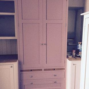 Inspiration för ett mellanstort funkis kök, med släta luckor, lila skåp, vitt stänkskydd, klinkergolv i porslin och svart golv