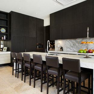 メルボルンのコンテンポラリースタイルのおしゃれなキッチン (フラットパネル扉のキャビネット、大理石カウンター、黒いキャビネット、白いキッチンパネル、トラバーチンの床、大理石のキッチンパネル) の写真