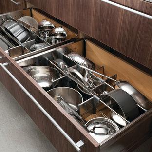 Ejemplo de cocina minimalista con puertas de armario marrones