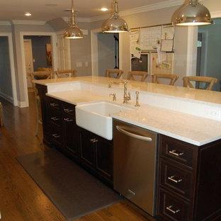 ニューヨークの中サイズのエクレクティックスタイルのおしゃれなキッチン (エプロンフロントシンク、シェーカースタイル扉のキャビネット、白いキャビネット、クオーツストーンカウンター、白いキッチンパネル、シルバーの調理設備の、濃色無垢フローリング) の写真