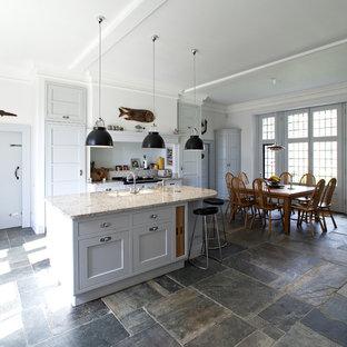 Idéer för att renovera ett stort vintage linjärt kök, med luckor med infälld panel, grå skåp, glaspanel som stänkskydd, en köksö och en undermonterad diskho