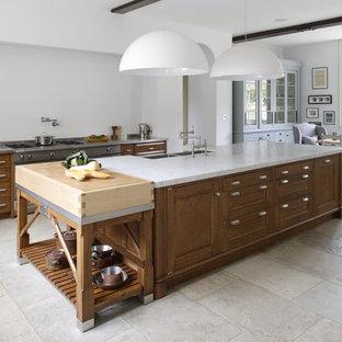 Offene, Zweizeilige, Große Moderne Küche mit Doppelwaschbecken, Schrankfronten mit vertiefter Füllung, Marmor-Arbeitsplatte, Kalkstein, zwei Kücheninseln und hellbraunen Holzschränken in Gloucestershire