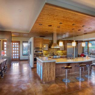 Diseño de cocina contemporánea con salpicadero multicolor y suelo marrón
