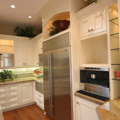 traditional kitchen by Toni Mendez, CID, CKD, CBD