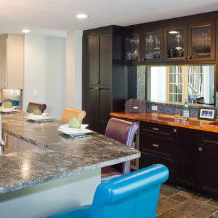 Свежая идея для дизайна: кухня в стиле современная классика с столешницей из меди - отличное фото интерьера