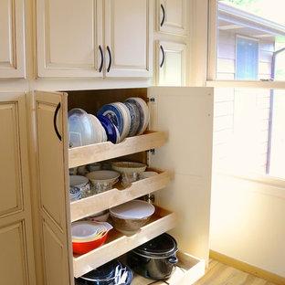 Immagine di una cucina classica di medie dimensioni con lavello integrato, ante con bugna sagomata, ante con finitura invecchiata, top in laminato, paraspruzzi bianco, paraspruzzi con piastrelle in ceramica, elettrodomestici neri, pavimento in linoleum e isola