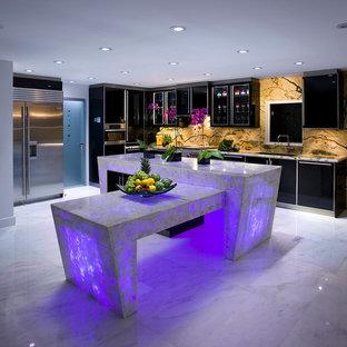 Bild på ett stort funkis lila lila l-kök, med en undermonterad diskho, släta luckor, svarta skåp, bänkskiva i kvartsit, flerfärgad stänkskydd, stänkskydd i sten, rostfria vitvaror, marmorgolv, en köksö och vitt golv