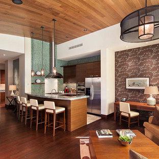 ラスベガスの大きいアジアンスタイルのおしゃれなキッチン (フラットパネル扉のキャビネット、淡色木目調キャビネット、御影石カウンター、緑のキッチンパネル、ガラスタイルのキッチンパネル、シルバーの調理設備) の写真
