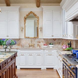 Diseño de cocina en U, clásica, grande, con encimera de mármol, salpicadero rosa, suelo de madera clara, una isla, fregadero de un seno, armarios con paneles con relieve, puertas de armario blancas, salpicadero de losas de piedra y electrodomésticos con paneles