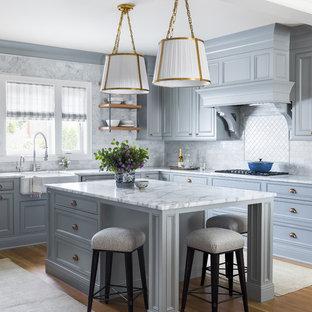 Foto di una cucina chic con lavello stile country, ante con riquadro incassato, ante grigie, paraspruzzi grigio, parquet chiaro e top grigio