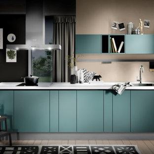 Immagine di una piccola cucina moderna con lavello a vasca singola, ante lisce, ante turchesi, top in quarzite, parquet chiaro, nessuna isola, pavimento beige e top bianco