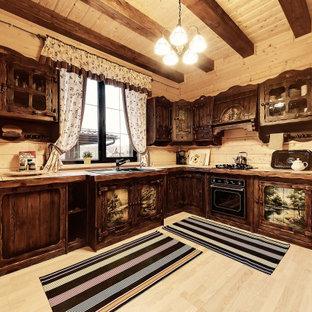 モスクワの広いラスティックスタイルのおしゃれなキッチン (ドロップインシンク、濃色木目調キャビネット、タイルカウンター、ベージュキッチンパネル、木材のキッチンパネル、ラミネートの床、ベージュの床、ベージュのキッチンカウンター) の写真