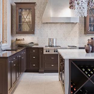На фото: кухня в стиле современная классика с техникой из нержавеющей стали, столешницей из оникса, фасадами с утопленной филенкой, темными деревянными фасадами, белым фартуком и полом из керамической плитки с