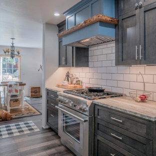 Идея дизайна: большая параллельная кухня в стиле модернизм с обеденным столом, черными фасадами, мраморной столешницей, белым фартуком, фартуком из плитки кабанчик, техникой из нержавеющей стали и зеленой столешницей