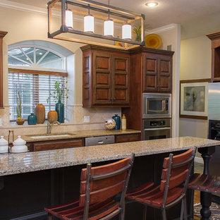 Offene, Große Rustikale Küche in L-Form mit Unterbauwaschbecken, profilierten Schrankfronten, dunklen Holzschränken, Arbeitsplatte aus Terrazzo, Küchenrückwand in Beige, Rückwand aus Keramikfliesen, Küchengeräten aus Edelstahl, braunem Holzboden, Kücheninsel und braunem Boden in Kansas City