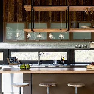 Einzeilige, Mittelgroße Industrial Wohnküche mit Arbeitsplatte aus Holz, Rückwand-Fenster und Kücheninsel in Melbourne
