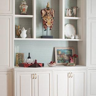 Inspiration för avskilda, mellanstora klassiska vitt l-kök, med en undermonterad diskho, luckor med upphöjd panel, lila skåp, bänkskiva i kvarts, blått stänkskydd, stänkskydd i porslinskakel, rostfria vitvaror, mellanmörkt trägolv, en köksö och brunt golv