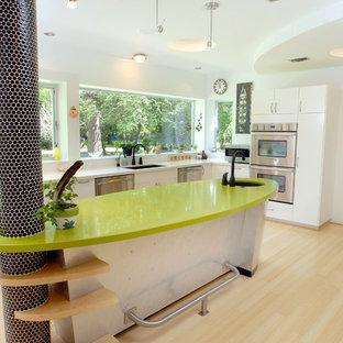 Eklektisk inredning av ett grön grönt kök, med rostfria vitvaror och bänkskiva i kvarts