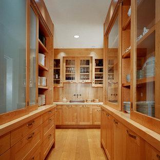 ボストンのヴィクトリアン調のおしゃれなキッチン (ガラス扉のキャビネット、中間色木目調キャビネット、木材カウンター) の写真