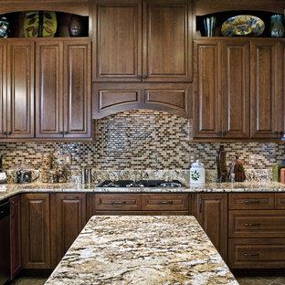 Foto di una cucina classica di medie dimensioni con top in granito, ante con bugna sagomata, ante in legno scuro, paraspruzzi multicolore, paraspruzzi con piastrelle a mosaico, lavello sottopiano, elettrodomestici in acciaio inossidabile, pavimento con piastrelle in ceramica e isola