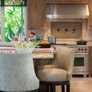Offene, Große Klassische Küche in U-Form mit Unterbauwaschbecken, Kassettenfronten, hellen Holzschränken, Granit-Arbeitsplatte, Küchenrückwand in Beige, Rückwand aus Travertin, Küchengeräten aus Edelstahl, Marmorboden, Kücheninsel und beigem Boden in Los Angeles