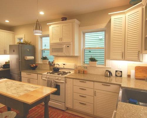 cuisine avec un placard porte persienne et un plan de travail en verre recycl photos et. Black Bedroom Furniture Sets. Home Design Ideas