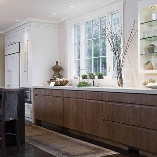 Klassische Küche mit offenen Schränken, Quarzwerkstein-Arbeitsplatte und Elektrogeräten mit Frontblende in Boston