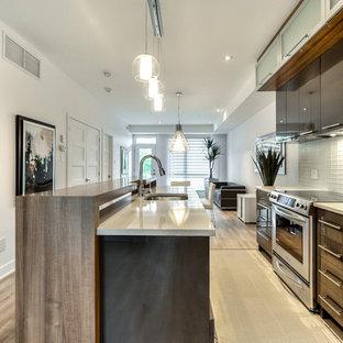 Mittelgroße Moderne Küche mit Unterbauwaschbecken, Glasfronten, Quarzit-Arbeitsplatte, Küchenrückwand in Weiß, Rückwand aus Glasfliesen, Keramikboden und Kücheninsel in Montreal