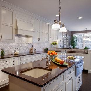 Große Klassische Wohnküche in L-Form mit Unterbauwaschbecken, Schrankfronten mit vertiefter Füllung, weißen Schränken, Küchenrückwand in Grau, Rückwand aus Keramikfliesen, Kücheninsel, Quarzwerkstein-Arbeitsplatte, Küchengeräten aus Edelstahl und Schieferboden in Philadelphia