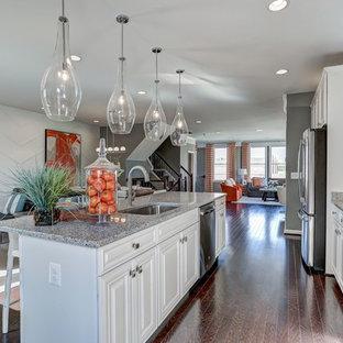 Inspiration för mellanstora klassiska linjära kök med öppen planlösning, med en undermonterad diskho, luckor med upphöjd panel, vita skåp, bänkskiva i kalksten, vitt stänkskydd, stänkskydd i marmor, rostfria vitvaror, mörkt trägolv, en köksö och brunt golv