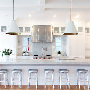 Zweizeilige, Große Klassische Küche mit weißen Schränken, Marmor-Arbeitsplatte, Rückwand aus Steinfliesen, Elektrogeräten mit Frontblende, braunem Holzboden, Kücheninsel, Doppelwaschbecken, Schrankfronten im Shaker-Stil und Küchenrückwand in Grau in Salt Lake City