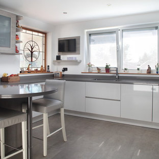 Light grey high gloss kitchen with Silestone worktop