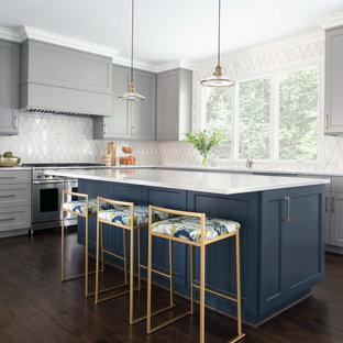 シャーロットのトランジショナルスタイルのおしゃれなキッチン (シェーカースタイル扉のキャビネット、グレーのキャビネット、白いキッチンパネル、シルバーの調理設備の、濃色無垢フローリング、茶色い床、白いキッチンカウンター) の写真